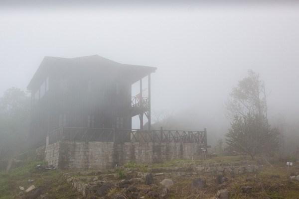 Khung cảnh vừa trong thì mây mù đã ập đến
