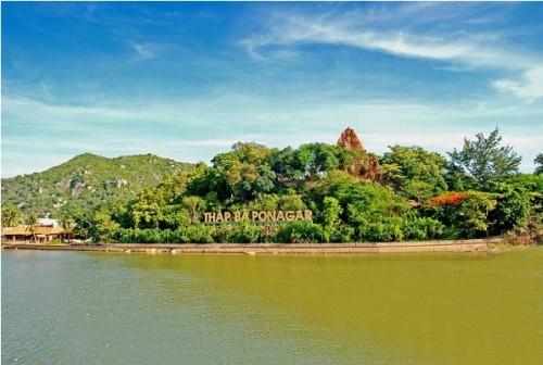 Tháp Bà Ponagar bên bờ sông Cái